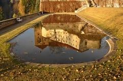 Reflexion av slotten på vattnet, Becov nad Teplou, Tjeckien royaltyfria bilder