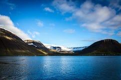 Reflexion av snö och berg Arkivbild