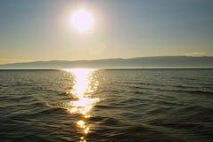 Reflexion av solen i floden Royaltyfri Fotografi