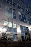 Reflexion av solen i modern metallisk arkitektur Arkivfoto