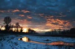 Reflexion av solen och himmel i träsk arkivfoto