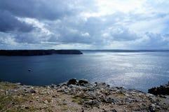 Reflexion av solljus över havet på klipporna av Pointe de Penhir på ön av Crozon i Brittany France Europe royaltyfria foton