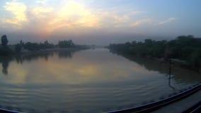 Reflexion av solnedgången i floden stock video