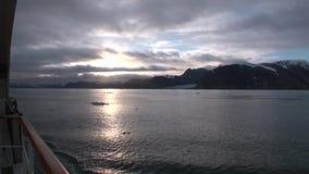 Reflexion av solnedgången i vattenyttersida på bakgrund av snöberg i arktisk lager videofilmer