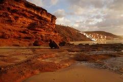 Reflexion av solnedgången på klippor Royaltyfria Foton