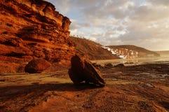 Reflexion av solnedgången på klippor Arkivfoto