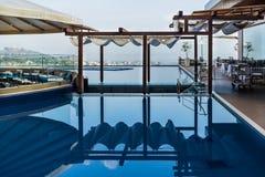 Reflexion av sommarrestaurangen i blått vatten royaltyfri fotografi
