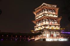 Reflexion av Tang Paradise Center på natten, Xi'an, Kina Arkivfoto
