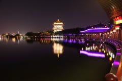Reflexion av Tang Paradise Center på natten, Xi'an, Kina fotografering för bildbyråer