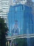 Reflexion av Thailand den sena konungen Bhumiphol i byggande exponeringsglas Arkivfoto