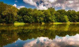 Reflexion av träd och moln i Potomacet River, på bollar Bl Arkivbild