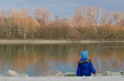 Reflexion av träden i floden Arkivfoto