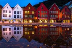 Reflexion av traditionella norska hus på Bryggen, en plats för UNESCOvärldskulturarv i Bergen, Norge arkivbild