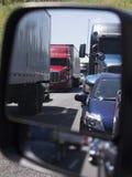 Reflexion av trafikstockning i spegel arkivfoto
