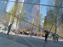 Reflexion av turister i den September 11 minnesmärken Arkivfoto
