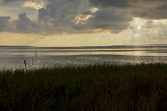 Reflexion bei Sonnenuntergang auf der Lagune lizenzfreies stockbild