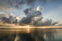 Reflexion bei Sonnenuntergang auf der Lagune stockbilder