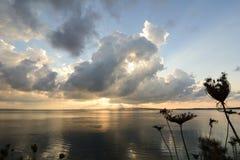 Reflexion bei Sonnenuntergang auf der Lagune lizenzfreie stockbilder