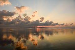 Reflexion bei Sonnenuntergang auf der Lagune stockfotos