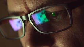 Reflexion an den Brillen des Mannes: Betrachten einer Website lizenzfreies stockfoto