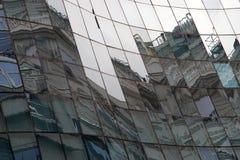 Reflexion in den Fenstern des modernen Gebäudes Stockfotos