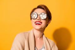 Reflexion in den Gläsern! Erstaunlicher Blick eines jungen Mädchens mit netter Inspektion Lizenzfreie Stockfotos