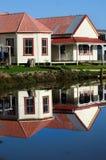 Reflexion der alten Ruinehäuser auf einem Awanui Fluss NZ Stockbild