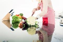 Reflexion der Asiatin Lebensmittel kochend Stockfotografie