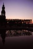 Reflexion der Bäume und des Hofkirche in Dresden Stockbild