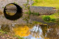 Reflexion der Brücke im Wasser lizenzfreie stockbilder