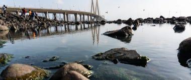 Reflexion der Brücke im Wasser lizenzfreies stockfoto