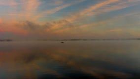 Reflexion der ersten Strahlen des Dämmerungssonnenlichts im See Lizenzfreie Stockfotografie
