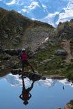 Reflexion der Frau und des Mont Blancs lizenzfreie stockfotos