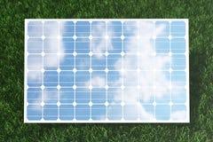 Reflexion der Illustration 3D der Wolken auf den Solarzellen Energie und Strom Alternative Energie, eco oder Lizenzfreie Stockfotos