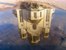 Reflexion der Kathedrale im Pool stockfotografie