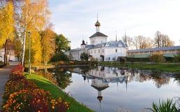 Reflexion der Kirche im Teich. Lizenzfreies Stockbild