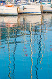 Reflexion der Maste der Yachten im Wasser lizenzfreies stockfoto