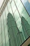 Reflexion der Petronas-Kontrolltürme Stockbilder
