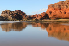 Reflexion der roten Felsen Lizenzfreies Stockfoto