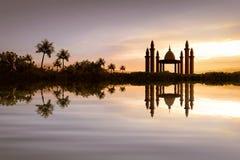 Reflexion der schönen Moschee auf dem Wasser Stockbild