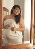 Reflexion der schwangeren Latina-Frau mit Blume. lizenzfreie stockfotos
