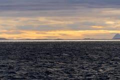 Reflexion der Sonne am Horizont im arktischen Meer Lizenzfreie Stockfotos