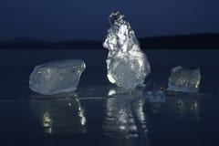 Reflexion der Sonne strahlt im flachen Eis auf dem See aus Luftblasen Lizenzfreies Stockfoto