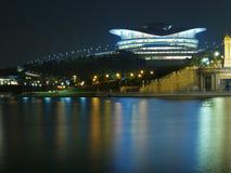Reflexion der Stadt-NachtSkyline Stockfoto