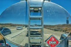 Reflexion der Straße und der Autos im Behälter auf einem tragenden Öl des LKWs, Gas oder etwas anderer Flüssigkeit stockfotografie
