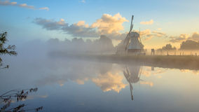 Reflexion der weißen hölzernen Windmühle im Fluss Lizenzfreie Stockbilder