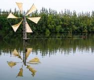 Reflexion der Windmühle für pumpendes Wasser Stockfotos