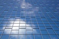 Reflexion der Wolken in der modernen Fassade Lizenzfreies Stockbild