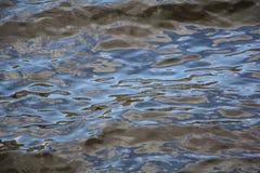 Reflexion der Wolken im Wasser stockfotos