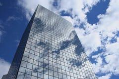 Reflexion der Wolken im Wolkenkratzer Stockfotos